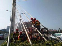 桥梁斜拉杆在预埋钢管内偏心的解决方法