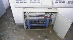 暴雨配电房进水设备故障停电叫苦不迭